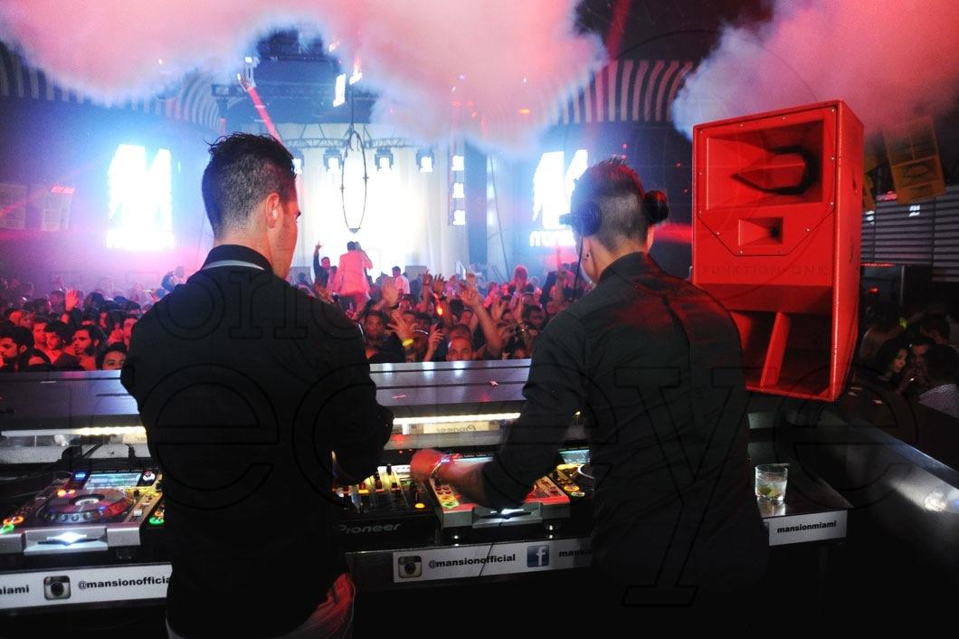 4-Blasterjaxx-DJing12