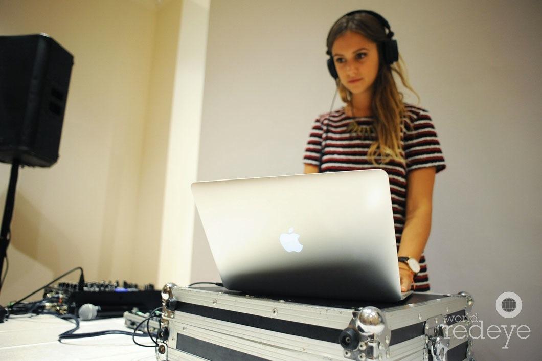 16-Jane-DJing2