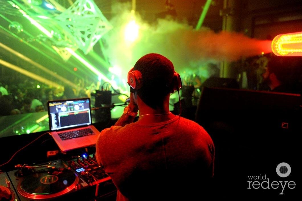 37-Stevie J DJing4