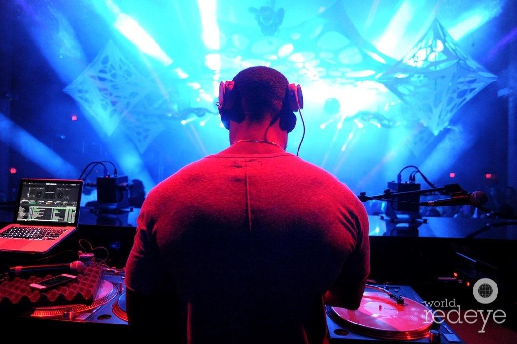 40-Stevie J DJing