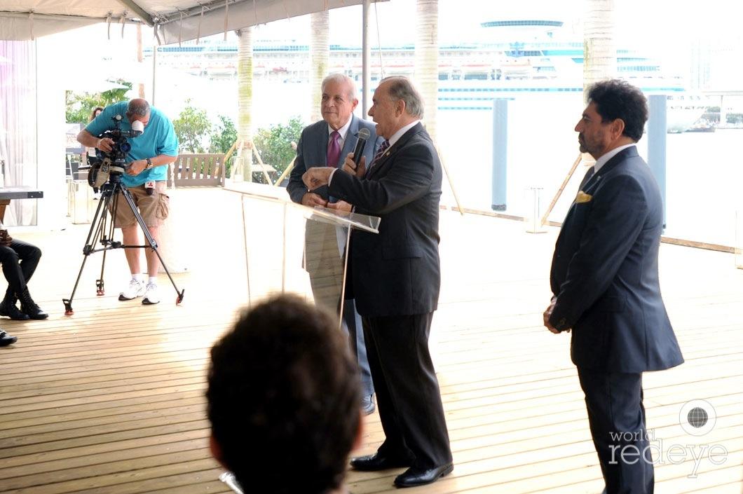 24-Mayor Tomás P Regalado, Willy Gort speaking, & Mehmet Bayraktar