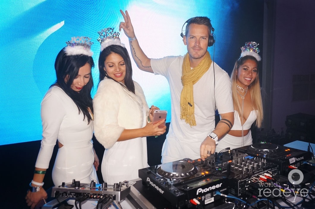 19-dsc00131-dj-booth-on-stage-with-models