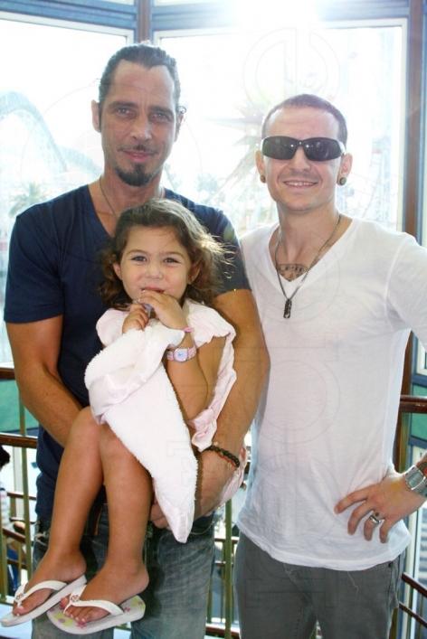 Chester s nejlepším přítelem Chrisem Cornellem a jeho dcerou